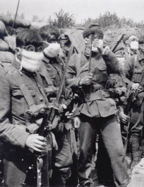 Photo de soldats dans les tranchées armes à la main