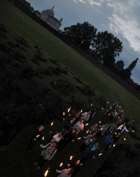 Retraite aux flambeaux à la nécropole de Notre Dame de Lorette commémoration
