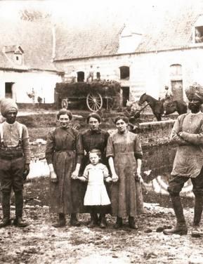Photo d'une famille en négatif datant de la seconde guerre mondiale