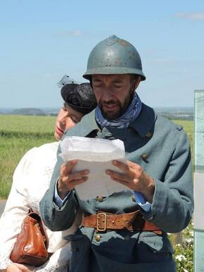 Reconstitution soldat lisant une lettre envoyé du front
